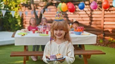 ケーキに喜ぶ女の子