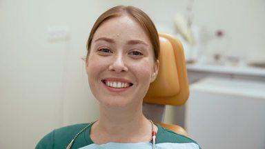 笑顔ではにかむ患者