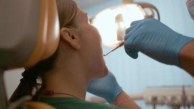 歯科治療中の患者の後ろ姿