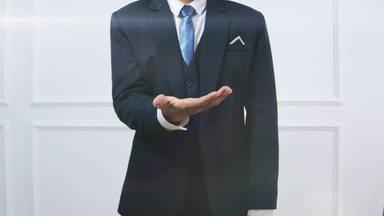 手を広げるジェスチャーをする男性