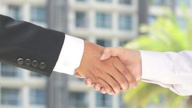 握手をして手を放すビジネスマンの手