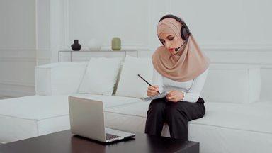 話ながらメモするムスリムの女性