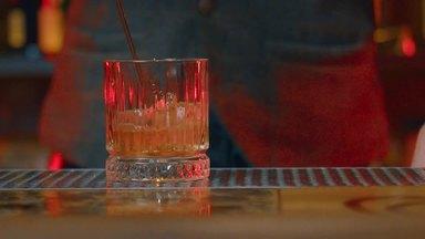グラスにお酒を注ぐマスターの手元