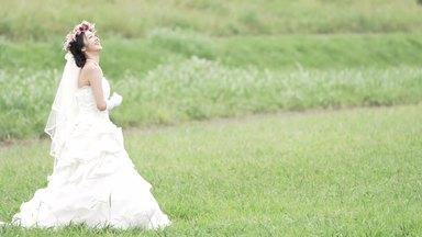 ブーケを持って左右に揺れる花嫁