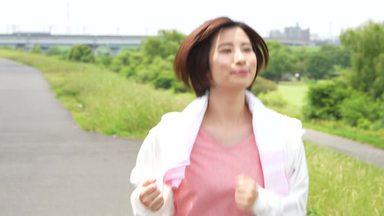 堤防を走っている女性
