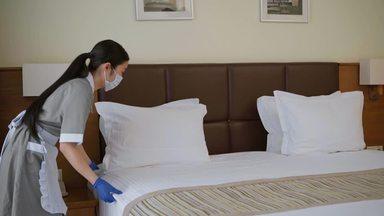 感染対策して働くホテルのハウスキーパー