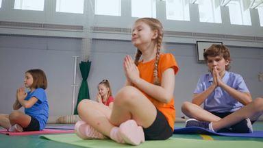 瞑想する女の子たち