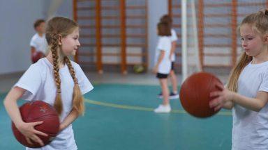 バスケットの練習をする女の子