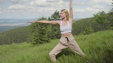 草原でヨガをする女性