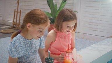 プールサイドに座る女の子二人