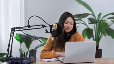 パソコンを見ながら笑顔で話す女性