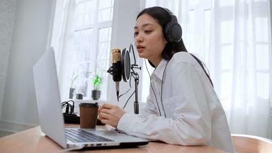 パソコンを見ながら喋る女性配信者