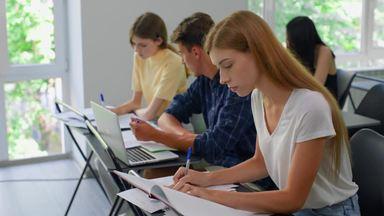 勉強中の男女