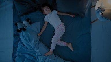 ベッドで寝ている娘
