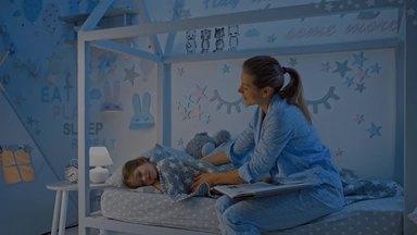 読み聞かせの後に子供を寝かしつけるお母さん