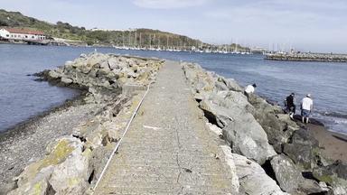 海岸に続く道を歩く