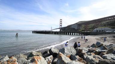 浜辺とゴールデンゲートブリッジ