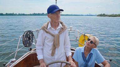 ヨットを操縦する高齢夫婦